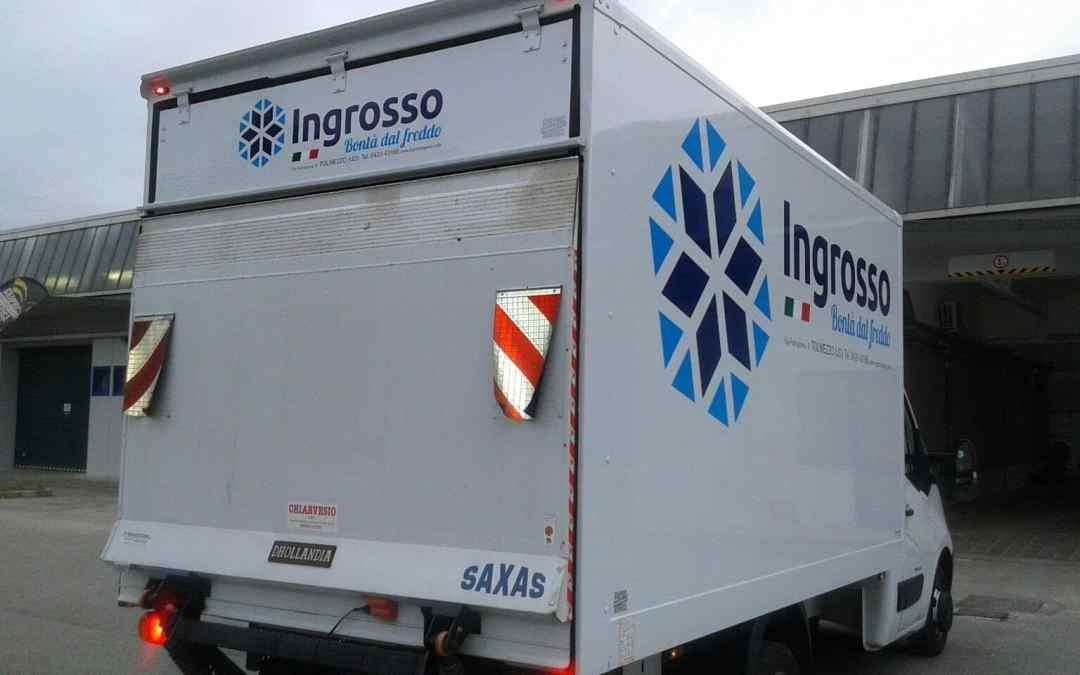 furgone personalizzato con adesivi per automezzi