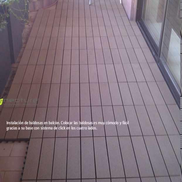 Instalación de baldosas en balcón de vivienda unifamiliar.