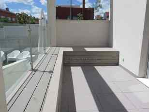 Bancos revestimiento madera sintética exterior.