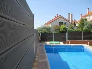 cerramiento madera exterior colocado en zona de piscina y jardin de chalet.