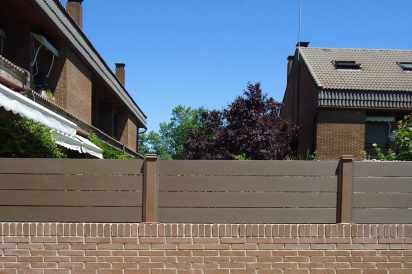 Cerramiento madera sintética sobre muro, NeoBlock con postes sintéticos.