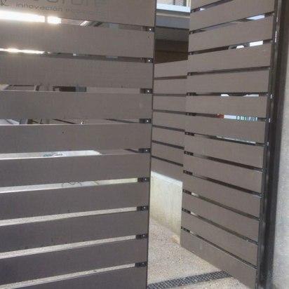 Revestimiento puerta exterior madera tecnológica.
