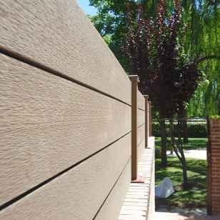 Cerramiento sintético exterior, entrada a casa con jardín.