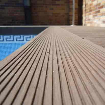 detalle tarima exterior composite piscinas