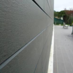 Revestimiento exterior en madera sintética. Color Grey.