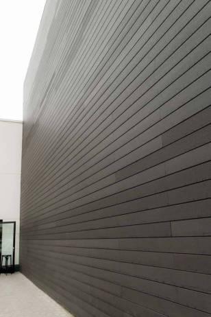Revestimiento paredes madera tecnológica, centro comercial Factory Madrid.