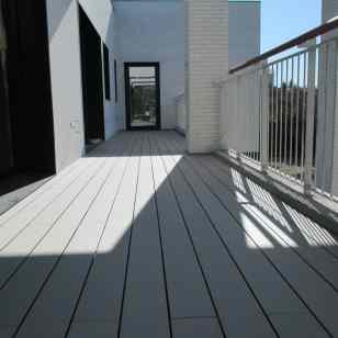 tarima exterior sintética de madera colocada en balcón.