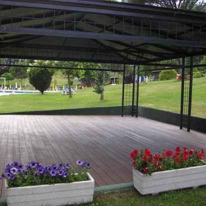 tarima-madera-exterior-sintetica-jardin