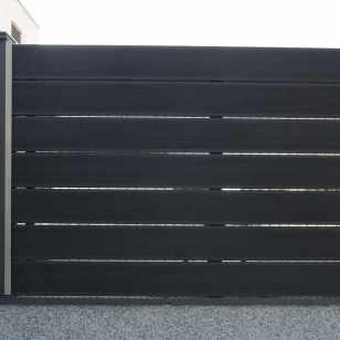 Vallado exterior NeoBlock grey con postes sintéticos y apliques metalicos.