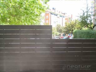 Vallado terraza en madera sintética exterior con postes ocultos.
