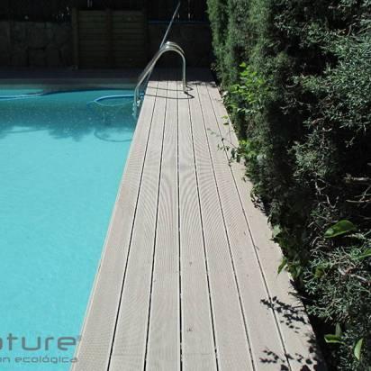 madera sintetica colocada en zona de piscina.