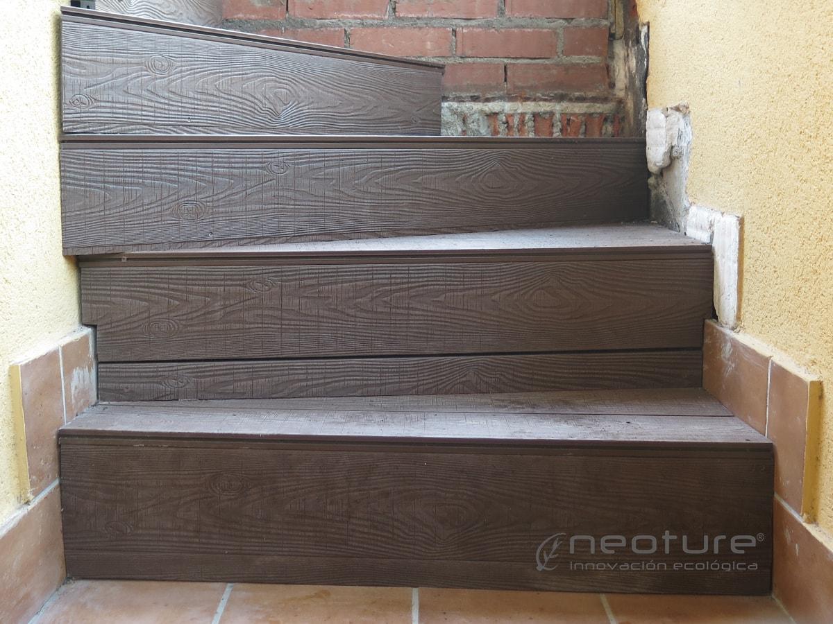 escaleras revestidas con tarima sintética exterior.