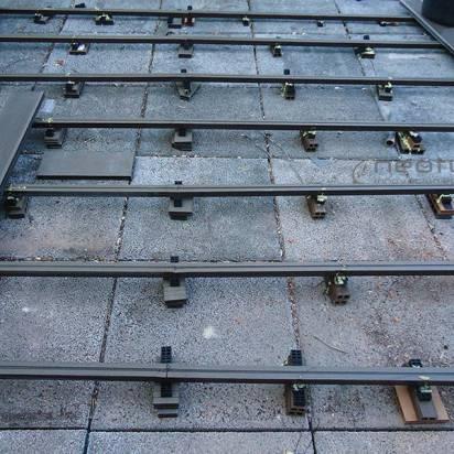 instalcion suelo sintetico rastrelado superficie con rastreles