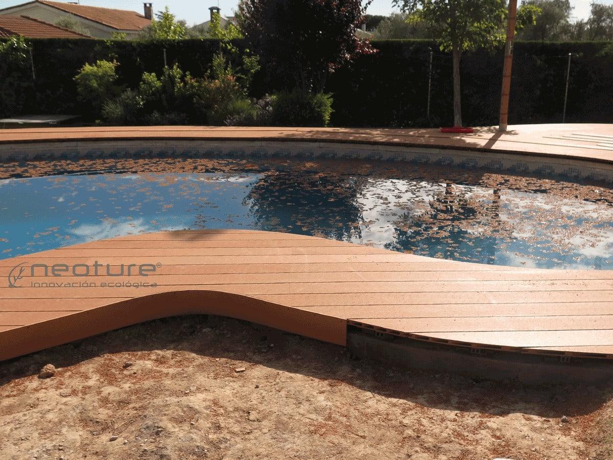 Tapa terminación lateral en montaje de tarima composite en piscina curva