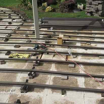 RASTRELADO. Instalación de rastreles de madera sintética en zona de piscina.