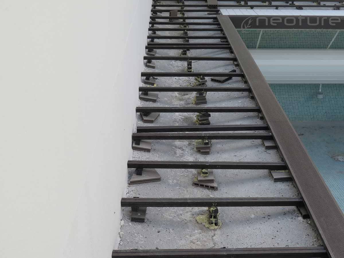 Rastreles tarima madera sintetica exterior piscinas neoture for Baldosas de madera para exterior