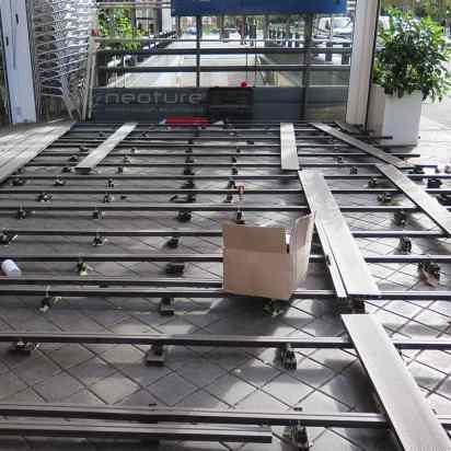 RASTRELADO. Instalación de rastreles con cuñas y tacos de nivelación. La tarima sintética permite nivelar superficies con grandes desniveles y pendientes.