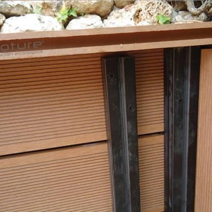 interior de tapa registro sumidero en tarima sintetica exterior