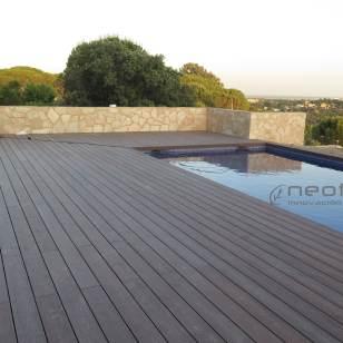 Tarima composite encapsulada para zona de piscinas.