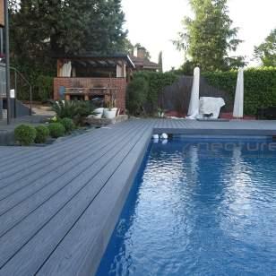 Tarima madera exterior encapsulada zona alrededor piscina.