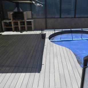 Tarima piscina exterior encapsulada con terminación veteada
