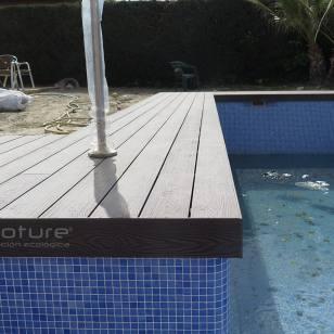 Acabado para piscinas en tarima sintética.