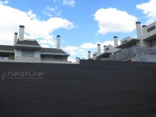 Vallado realizado con revestimiento de madera sintética exterior