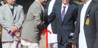 Nepali Official holding hands of Wen Jiabao inappropriately