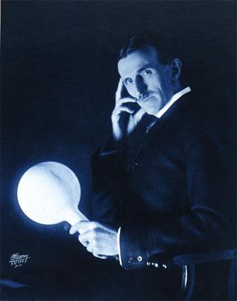 На снимке - лампа горит в руках Тесла
