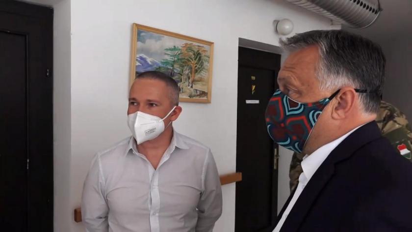 Népszava | Újra feldobta dizájnos maszkját Orbán