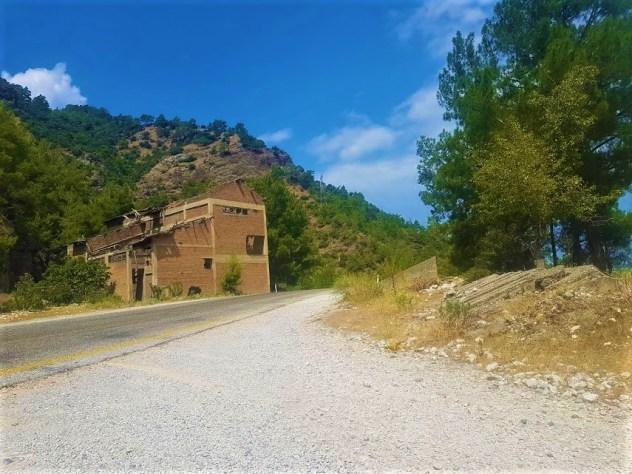 Arapapıştı Kanyonu Seyir Tepesi'ne bu binayı görünce sağdaki yola sapınca gidiliyor