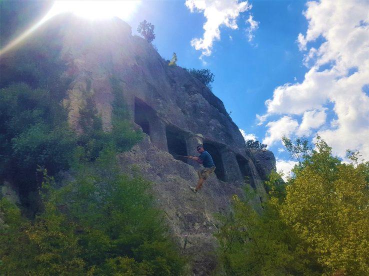 Kaya mezarına bir iple tırmanılıyor