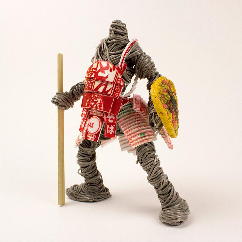 Artista cria guerreiros de miojo