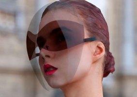 Uma máscara moderna com óculos embutidos