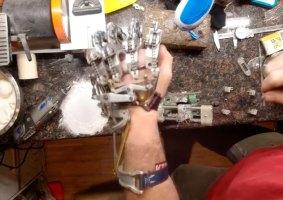 A mão protética criada para si mesmo, com uma mão, por um engenheiro