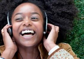 Neurocientista-cria-playlist-com-as-musicas-mais-felizes-para-melhorar-seu-humor-GEEKNESS-capa.jpg