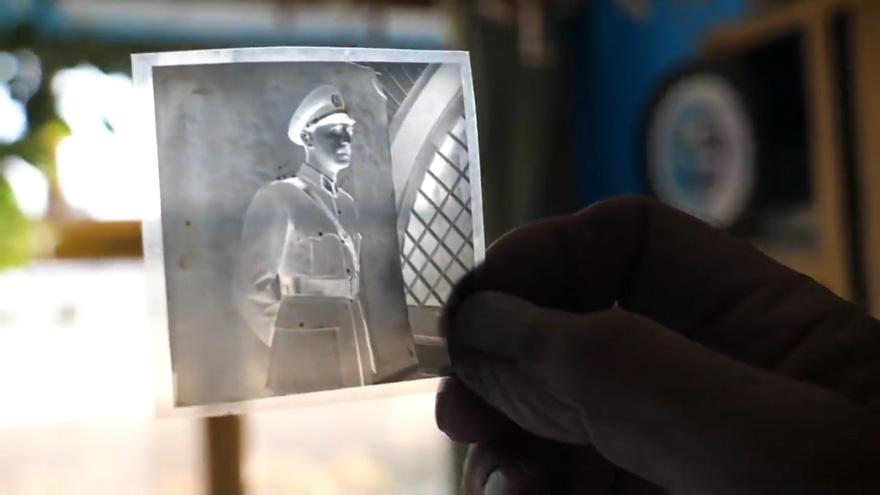 O fotógrafo afegão que usa uma câmera de 100 anos até hoje