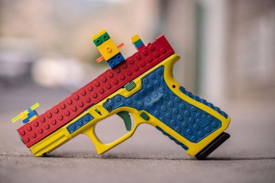 Péssima ideia: uma arma real que parece de LEGO