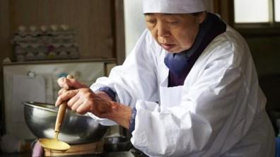 Tokue (Kirin Kiki) prepara o dorayaki