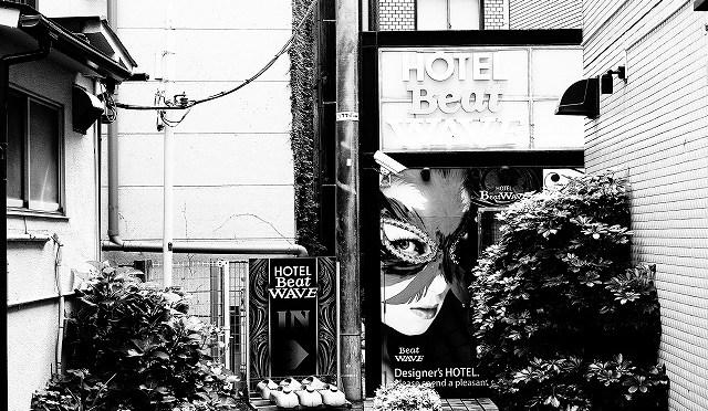 富士フイルムX-T10/XF 35㎜ F2で真夏の朝の渋谷・百軒店をモノクロで撮る (1/6)