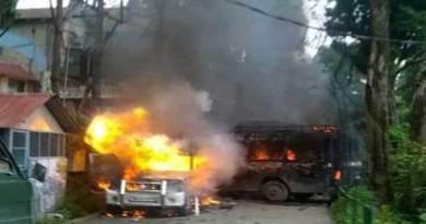 दार्जिलिंग में GJM का हिंसक प्रदर्शन, सैलानी फंसे, सड़कों पर उतरी सेना