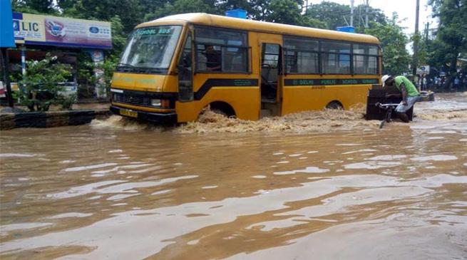 बाढ़ में डूबा गुवाहाटी शहर, एक व्यक्ति की मौत