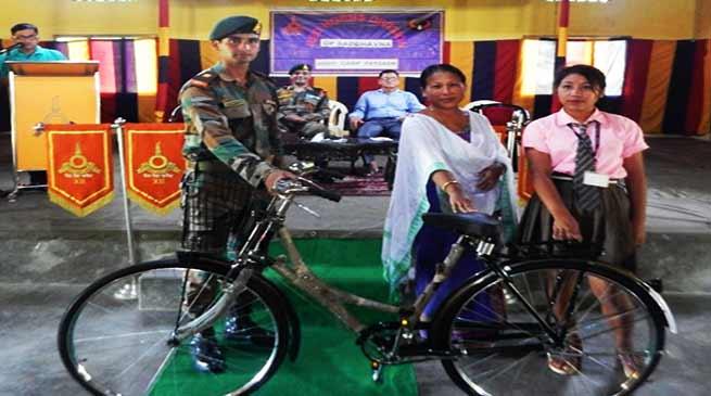 असम: कोकराझार में सेना द्वारा छात्राओं को साइकिल वितरण