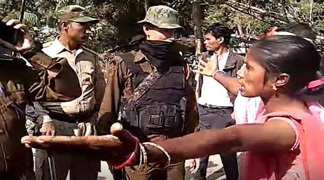 असम: चाय मजदूरों और पुलिसकर्मियों के बीच झड़प, 8 पुलिसकर्मी समेत 18 लोग घायल