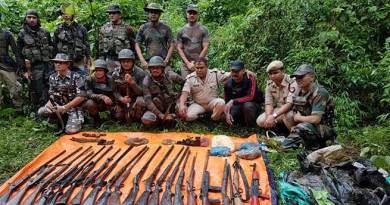 असम के जंगल से सेना और पुलिस ने भारी मात्रा में हथियार और गोला-बारूद बरामद किया