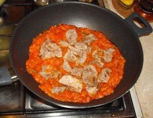 Добавляем в сковороду куски мяса