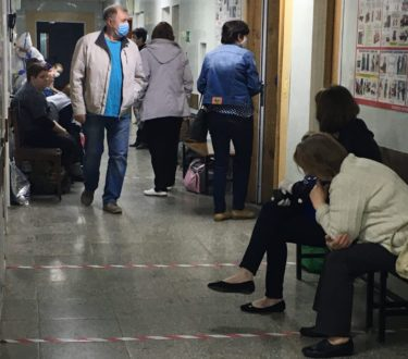 В ТГКБ №4 собралась очередь из пациентов с подозрением на коронавирус