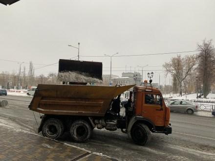 В Самаре приступили к вывозу снега на полигоны