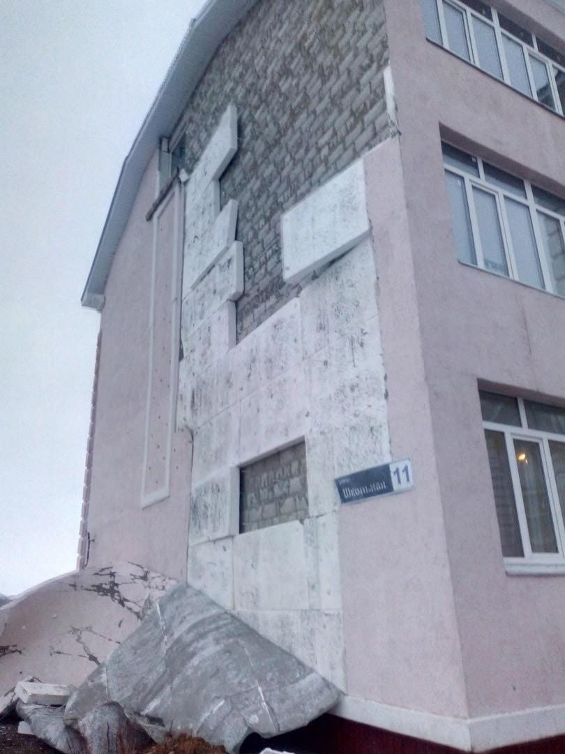 Под Тольятти с фасада дома ветром сорвало утепление