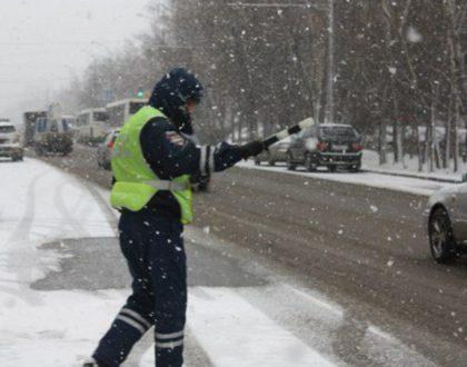 В Похвистнево госавтоинспекторы достали автомобиль съехавший в снежный кювет